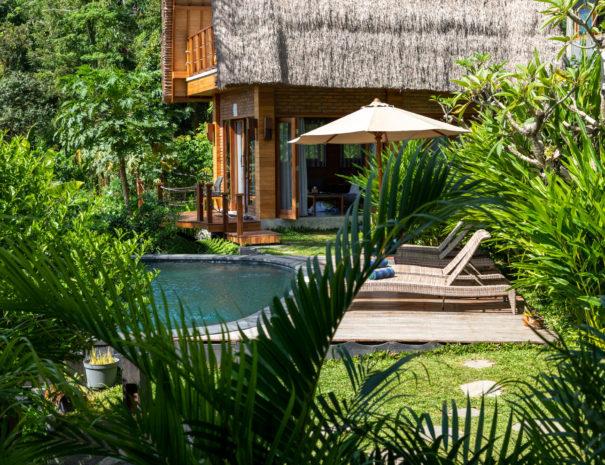 Views onto the infinity pool of Villa Uma Dewi Sri in Sidemen in Bali