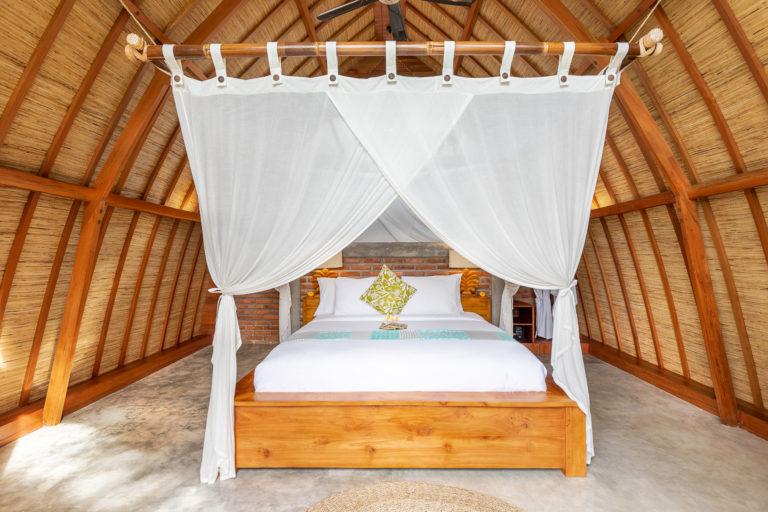 Queen size bed hotel Villa Uma Dewi Sri in Sidemen in Bali