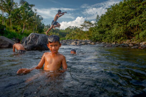 Balinese children playing in the river near Villa Uma Dewi Sri - Cabins for rent - Sidemen - Bali - Indonesia