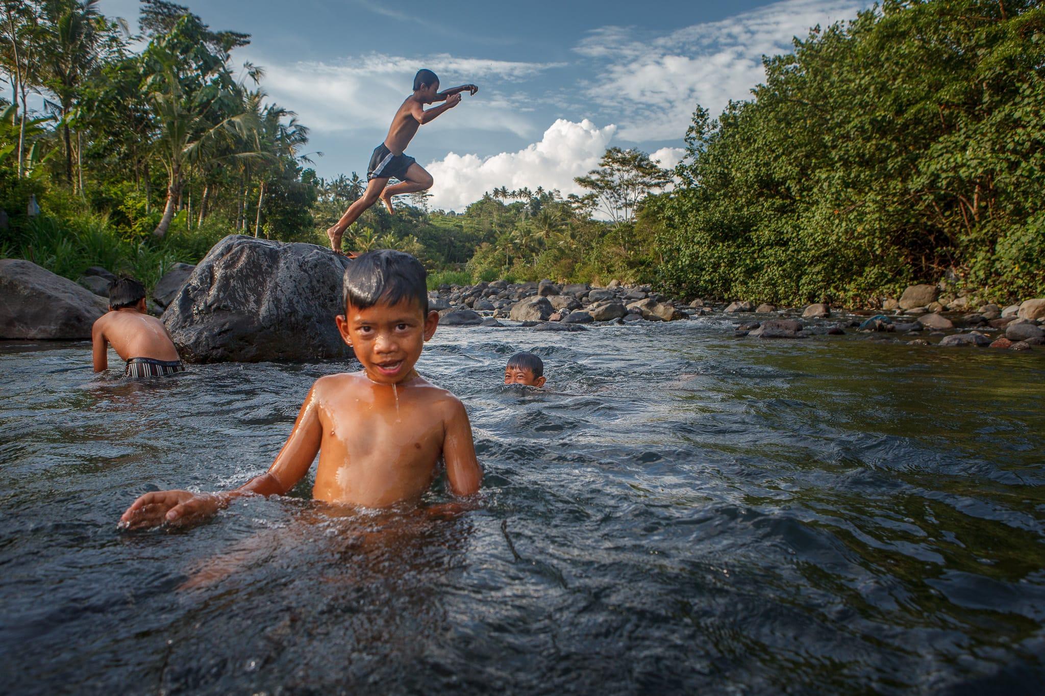 Balinese children playing in the river near Villa Uma Dewi Sri - Cabins for rent - Sidemen - Bali - Indonesia